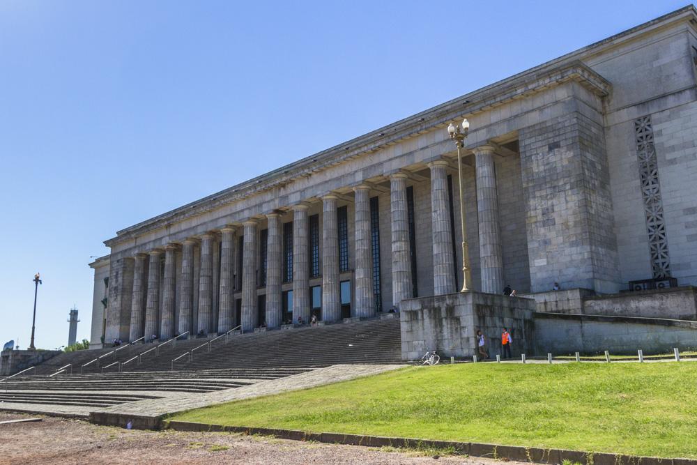 44. Один из факультетов университета Буэнос-Айреса, а именно юридический, больше похож на постройку привезенную как экспонат из фашисткой Германии.