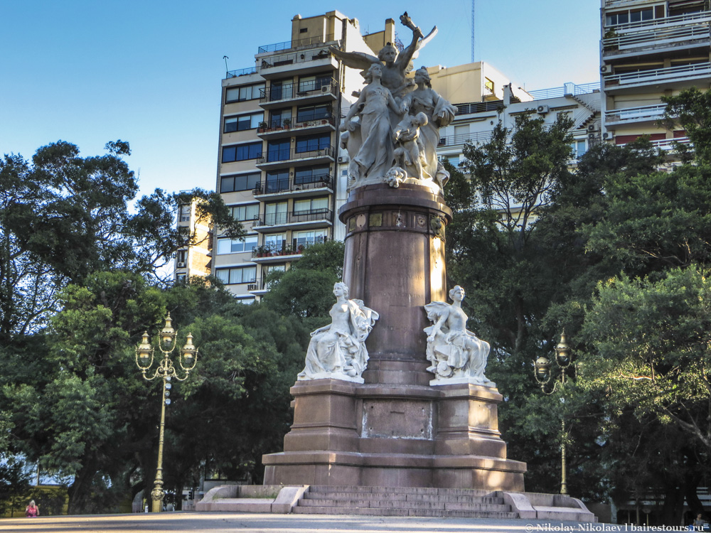 52. Подобных монументов тут великое множество.
