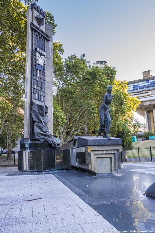 59. Неподалеку от кладбища находится монумент, посвященный Эвите.