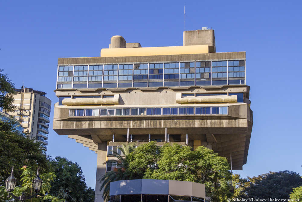 60. Там же расположилось причудливое, если не сказать уродливое, здание национальной библиотеки.