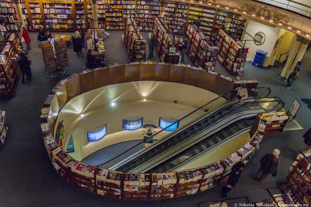 70. Книги, а также аудио и видео продукция продается на четырех этажах, соединенных эскалаторами и лестницами.