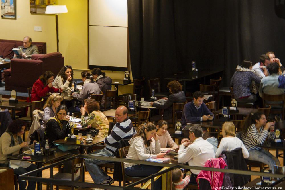 75. На том месте, где должна была бы быть сцена и партер, находится уютная кафешка, кстати, не единственная в городе, где можно посидеть за чашкой кофе за новыми книгами.