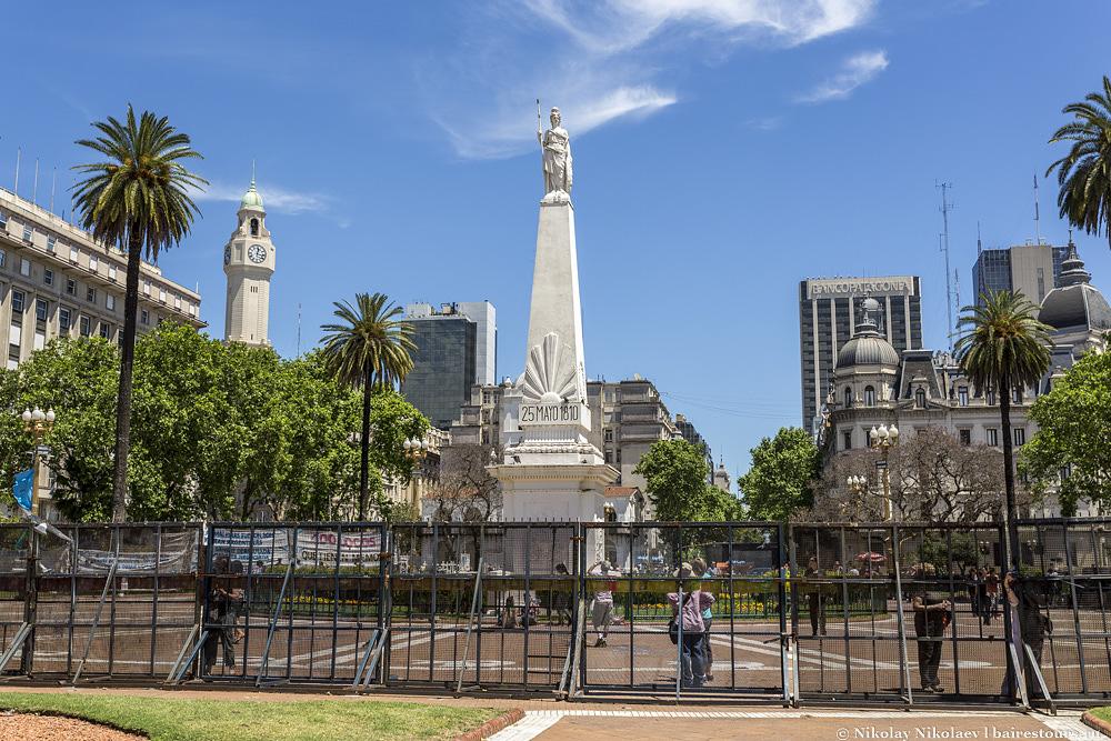 2. Это была первая и главная площадь города с первых лет основания Буэнос-Айреса и сейчас является аналогом Красной площади в Москве, да и с красным имеет много общего, взять хотя бы цветы, плитку или президентский дворец.