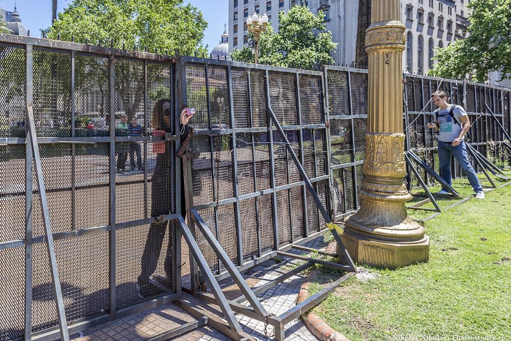 5. Забор для туристов представляет не меньший интерес, чем сам президентский дворец.