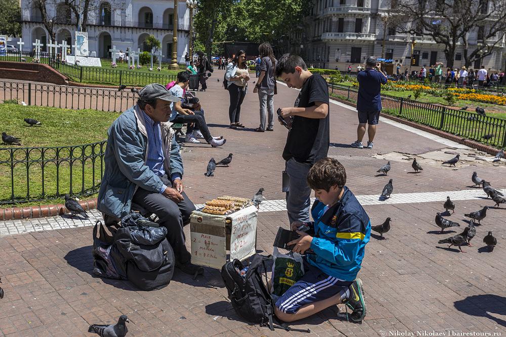 9. Вот как раз и те непонятные торгаши. В Москве и на конечной остановке метро такое сейчас не всегда увидишь, а в Буэнос-Айресе обычное дело на центральных площадях.