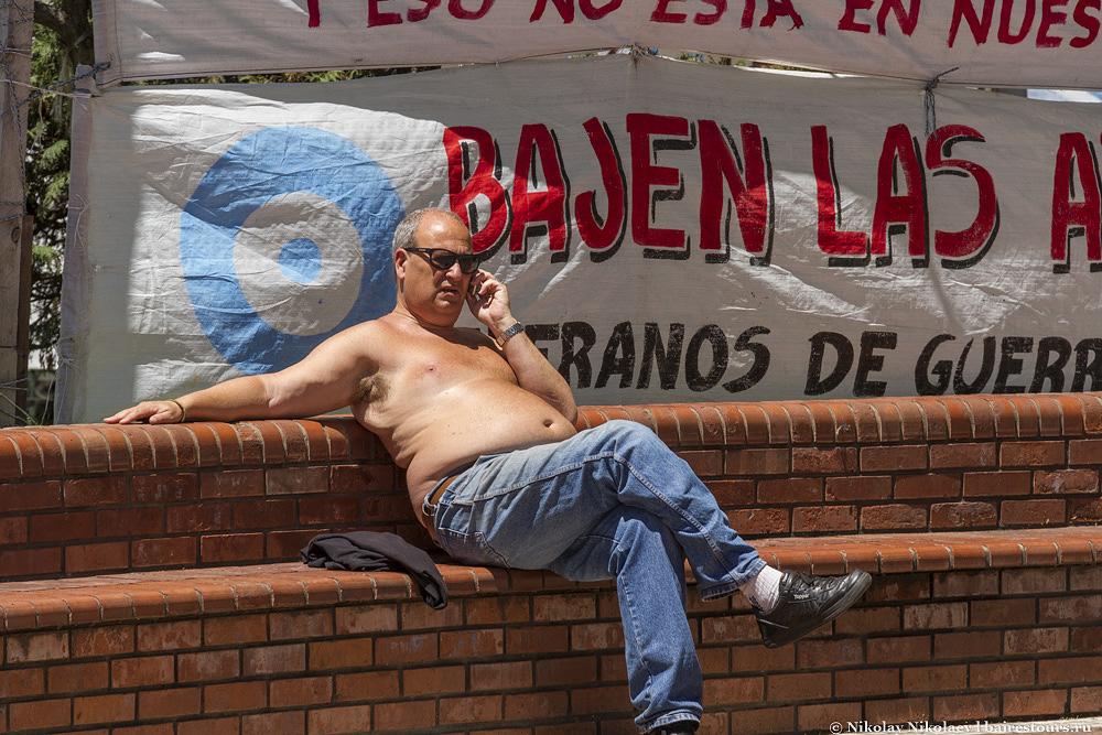 13. А в десятке метров уже много лет живут опять же непонятные личности, может и имеющее какое-то отношение к самой позорной войне Аргентины, но сейчас это уже трудно установить, возможно, это просто тусовка особо удачливых бомжей.
