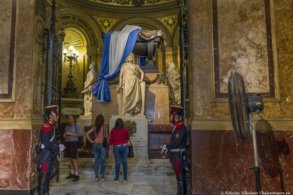 26. В кафедральном соборе Буэнос-Айреса покоится тело генерала Сан-Мартина – одного из главных освободителей Аргентины от колонизаторов.