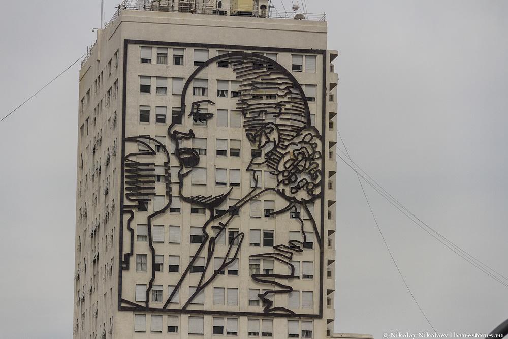 32. Главная героиня Аргентины Эвита красуется на фасадах аж двух домов в самом центре. Эвита говорящая, хотя так и кажется, что это какая-то местная певица.
