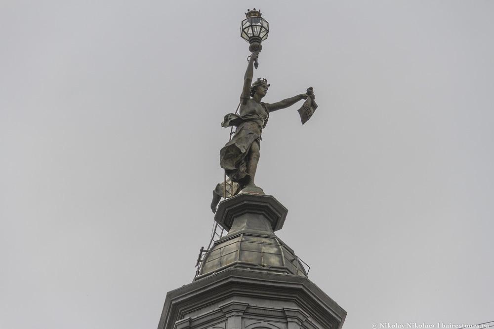 50. Статуя прессы.