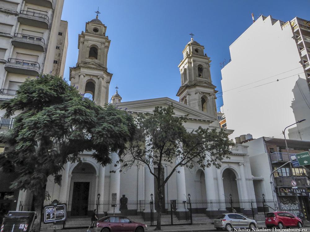 51. Самые старые здания города стоят бок о бок со зданиями современными.