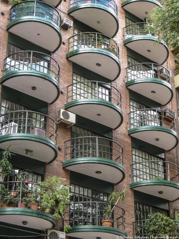 6. Сейчас здесь можно встретить много современных многоэтажных домов, многие из них стараются претендовать хоть на какую-то оригинальность.