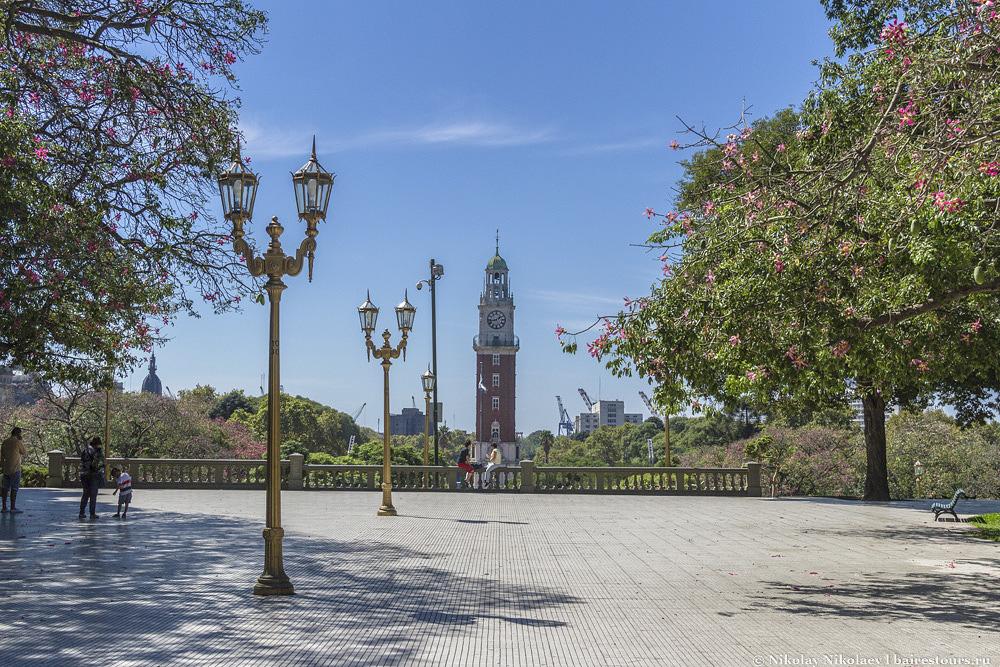 1. Самое прекрасное место района Ретиро многоуровневая  площадь Сан-Мартин, с которой открывается потрясающий вид на монументальную башню.