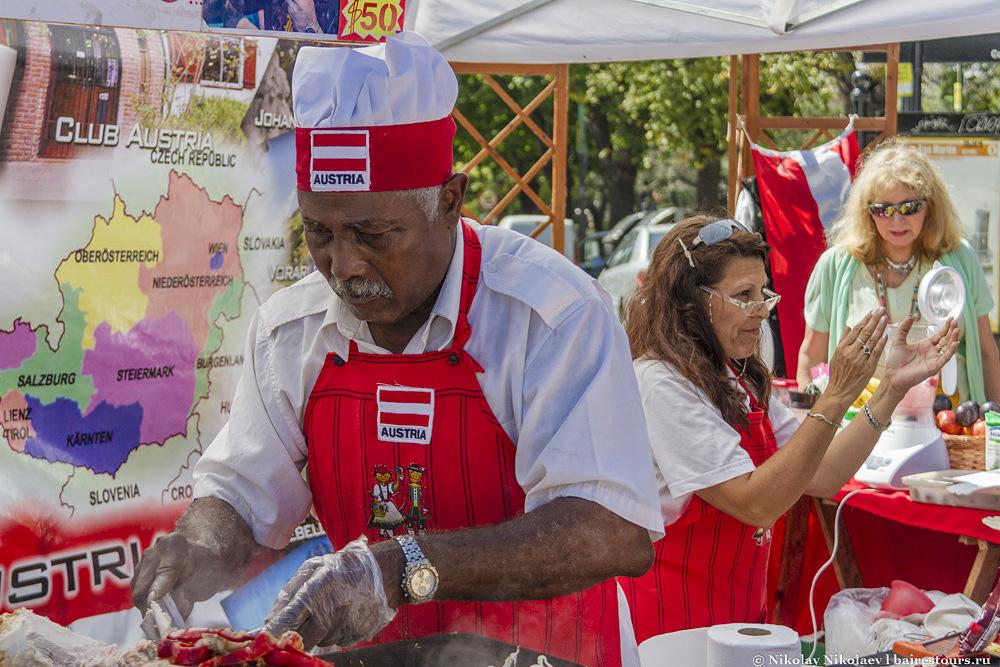 12. Тут я попал на популярную в Буэнос-Айресе международную ярмарку еды.