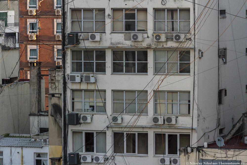 33. Не с парадных сторон открывается истинное лицо многих зданий.