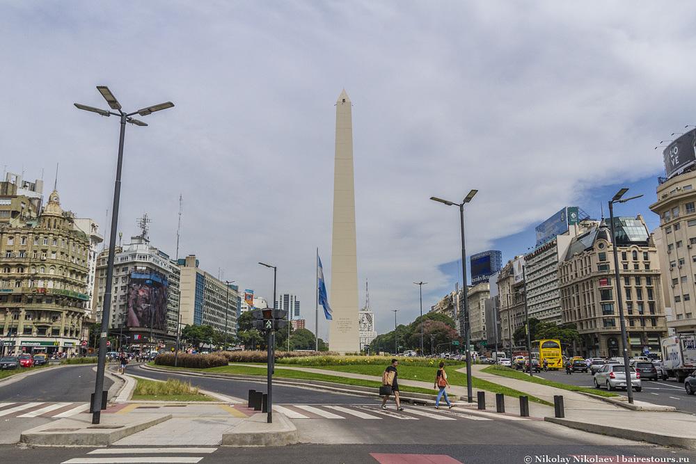 1. Начать прогулку стоит с классики. Обелиск Буэнос-Айреса, пожалуй, считается главным символом города, да и порой всей Аргентины. Эту 67-метровую колонну установили в честь 400-летия города и с тех пор это один из главных ориентиров в городе.