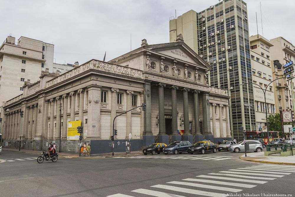 11. Площадь Plaza General Lavalle, на которой и расположен театр Колон, окружена массой занимательных зданий и считается основным местом высококультурного отдыха в столице.