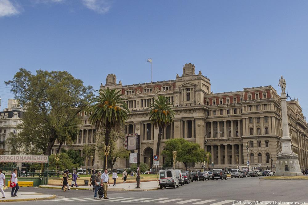 13. Напротив находится не менее монументальное здание, но с менее позитивной аурой. Это Верховный суд страны.