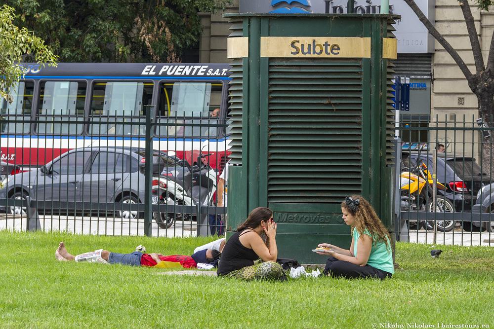 16. Популярное среди обычных жителей, и на удивление не очень популярное среди бомжей, которые в Буэнос-Айресе обычно являются основными «клиентами» подобных приятных уголков города.