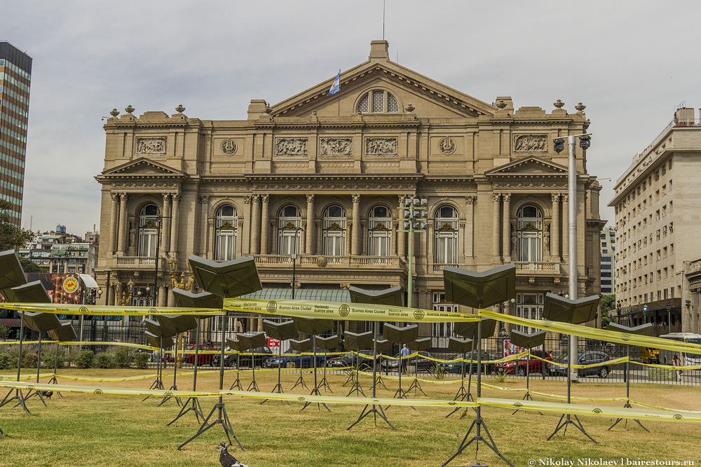 17. Неоднозначное  изобретение муниципалитета Буэнос-Айреса – желтая лента, которой перевязывают все, что только можно, когда что-то сломано, опасно или просто нельзя проходить. Больше похоже на огороженное место убийства :)