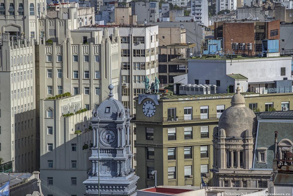 44. Из-за плотной застройки высотными зданиями, на подобные часы обращаешь внимание только сверху.
