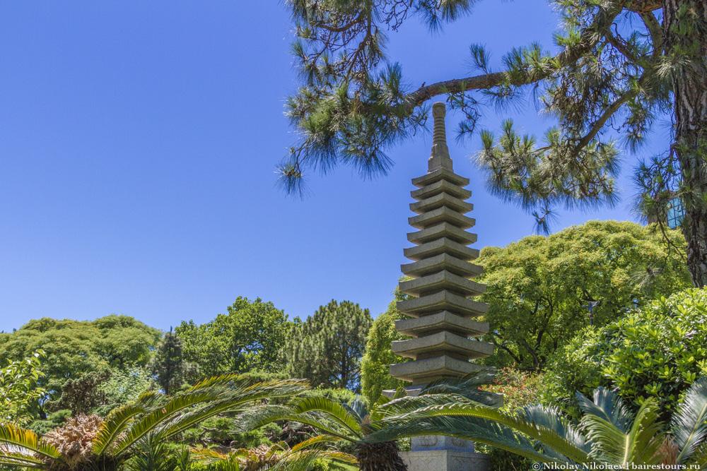 4. Каждый квадратный метр сада как будто был транспортирован из самой Японии: тут есть и японские постройки, и японские растения, и японские скульптуры, и даже японский ресторан.