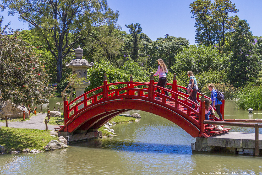 5. Парк спроектирован по классическим канонам Японии, по которым все объекты стремятся к гармонии и равновесию, и это действительно чувствуется, когда гуляешь по его тропинкам.