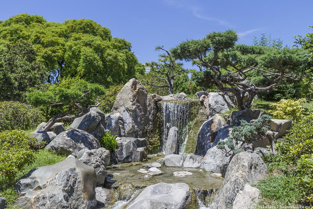7. На острове можно найти приятный небольшой водопад. Не Игуасу, конечно, но смотрится очень гармонично.