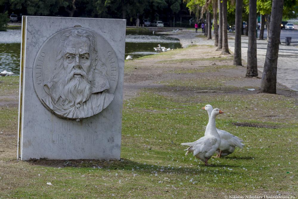 22. Галилео Галилей с отломанным носом и гуси – символ отношения Аргентины к науке :)