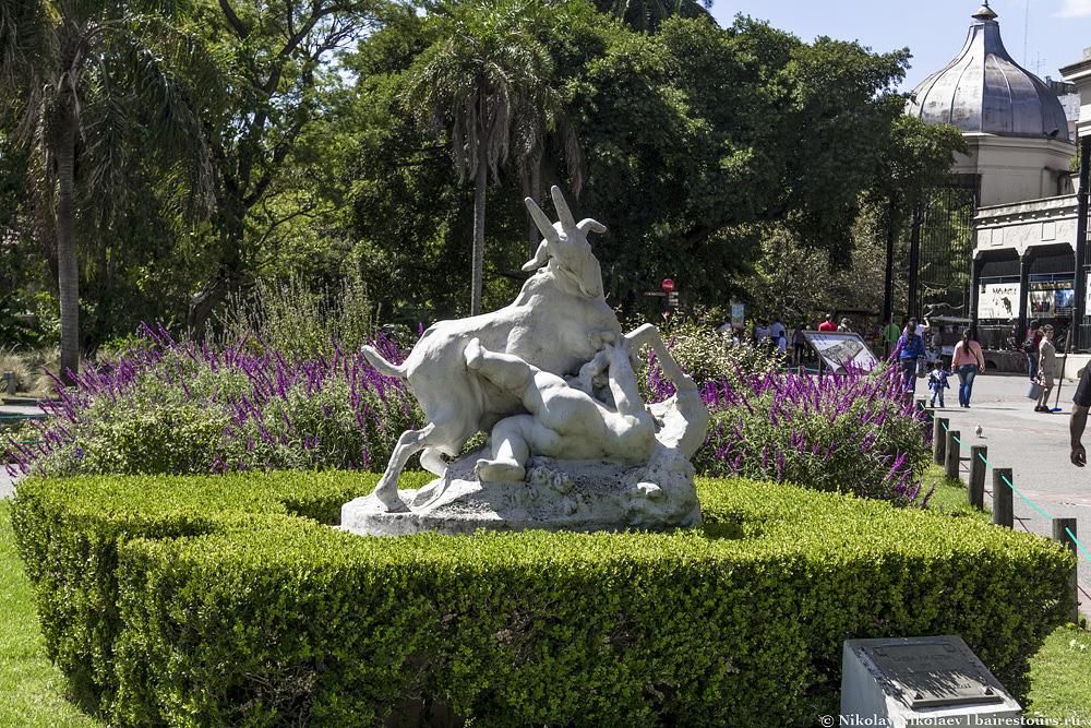 3. Скульптура «Козел, затаптывающий не поделившегося едой посетителя».