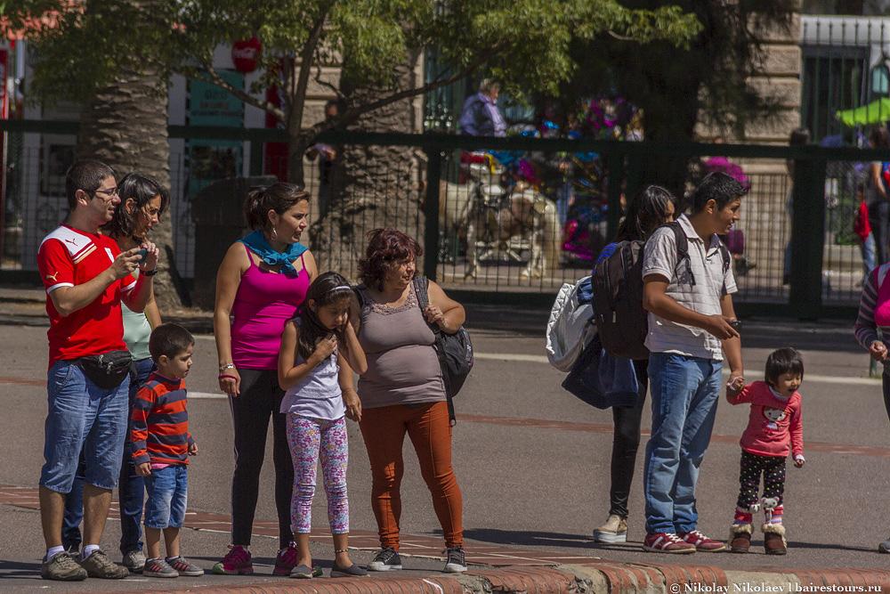 4. Билет по местным меркам стоит дороговато, в районе 12-13 долларов США, если считать по черному курсу. С другой стороны, размеры зоопарка впечатляющие и большинство людей приходят с детьми, за которых платить не надо.