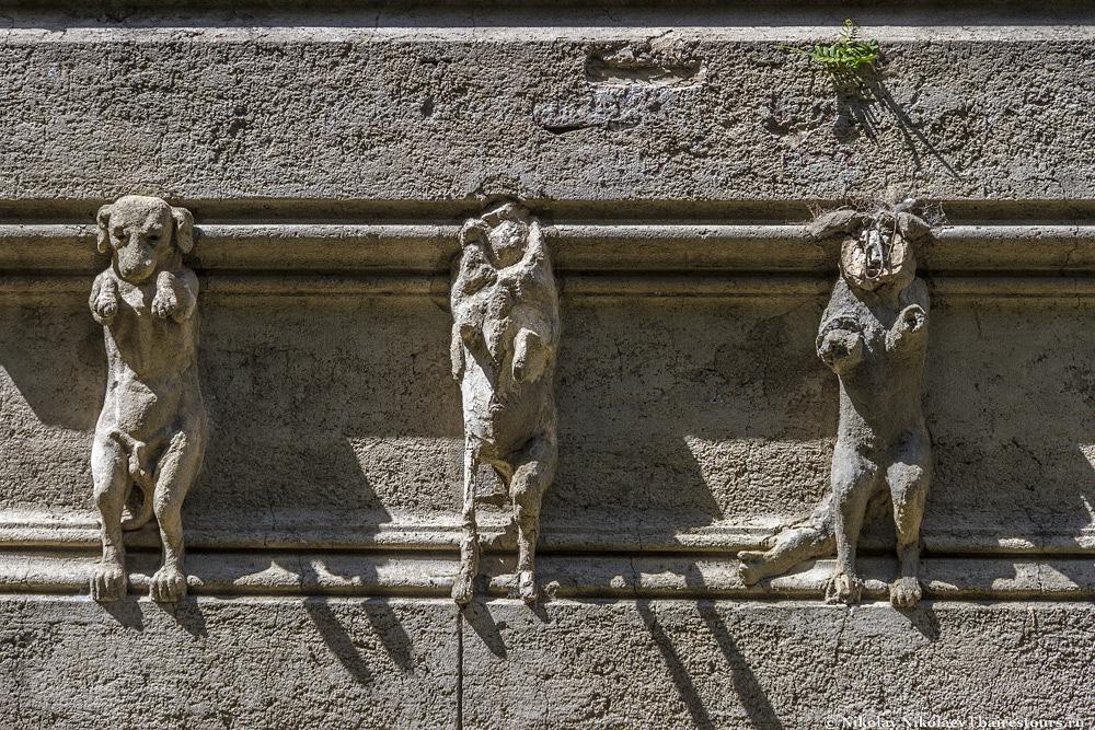 31. Какая-то не очень гуманная композиция, учитывая отвалившейся головы и ноги собак  да  и в целом собачка выглядит несчастно.