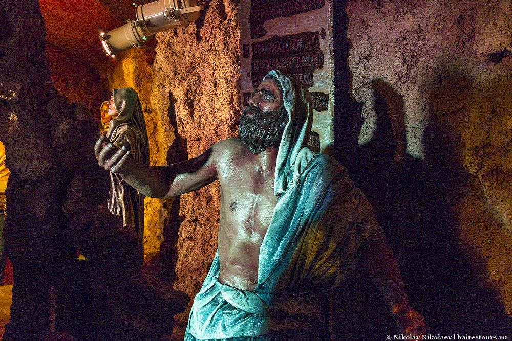 2. Парк воссоздает старый город Иерусалима времен Иисуса Христа и повествует историю его жизни с самого рождения до воскрешения. Несмотря на то, что все здания и персонажи являются всего лишь макетами того, что существует и существовало когда-то в Иерусалиме, по большей части весь этот якобы игрушечный парк выглядит очень реалистично, а фигуры людей порой трудно отличить от живых.