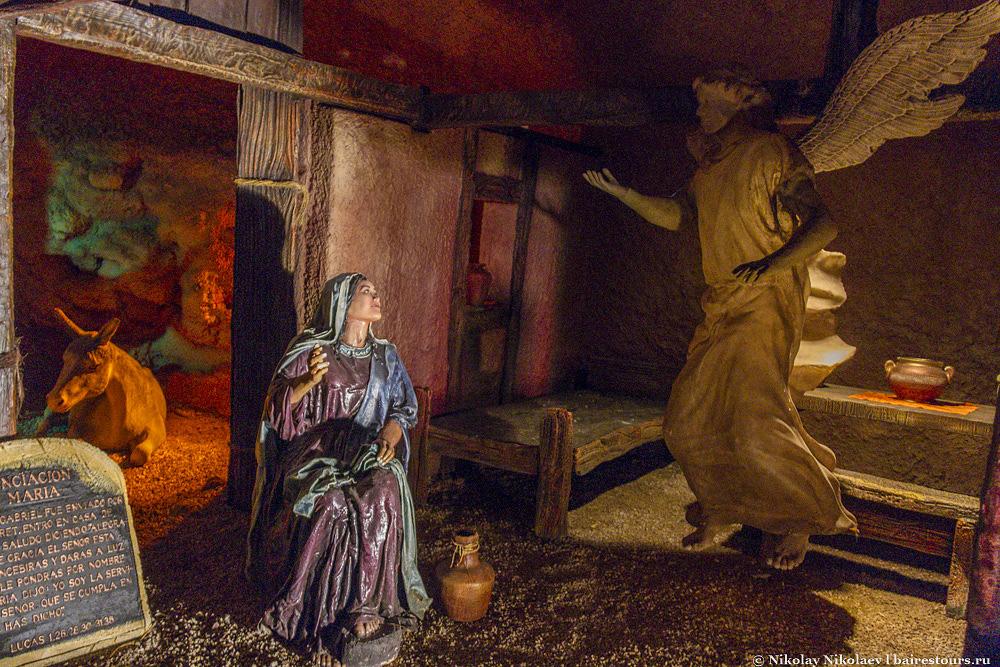 3. Основной досуг в парке – это просмотр различных сцен истории жизни Иисуса Христа, но также тут проводятся костюмированные представления о рождении Иисуса и сотворении мира, в которых принимают участие механические куклы. Действо трудно назвать каким-то ультрасовременным шоу, но выглядит все это крайне сюрреалистично.