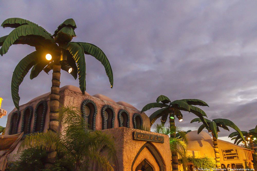 11. Также тут воссозданы основные здания старого города. Имеется мечеть…