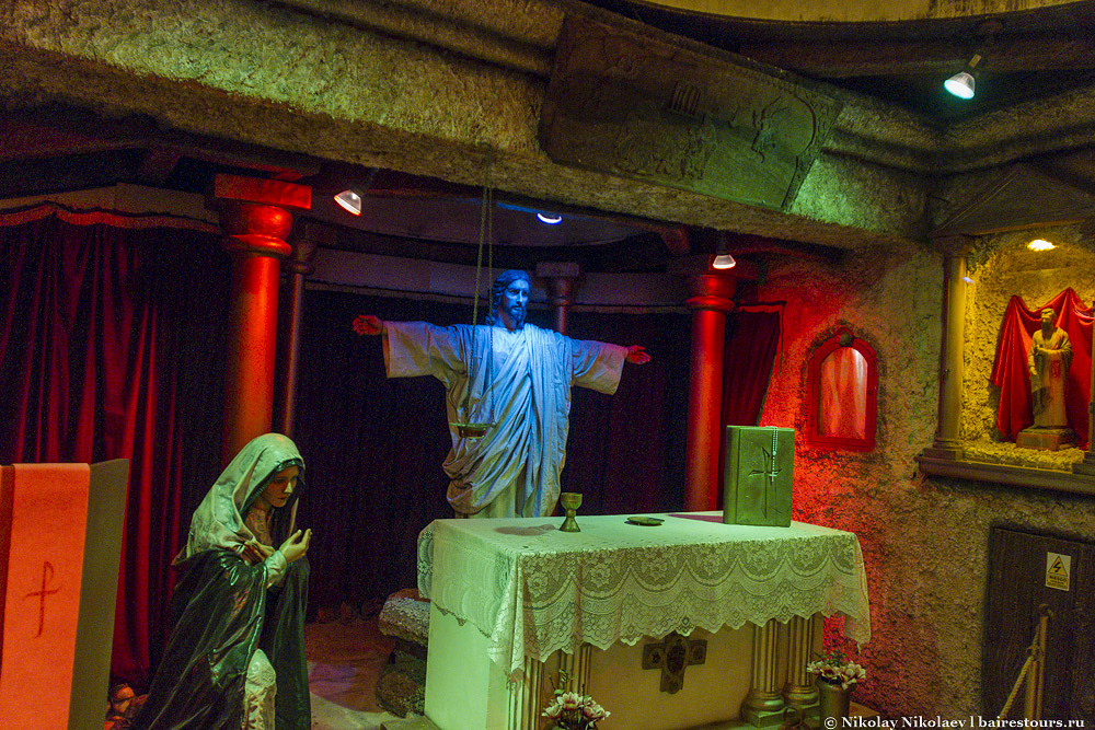 18. Внутри церкви сцена практически как на горе в Рио-де-Жанейро.
