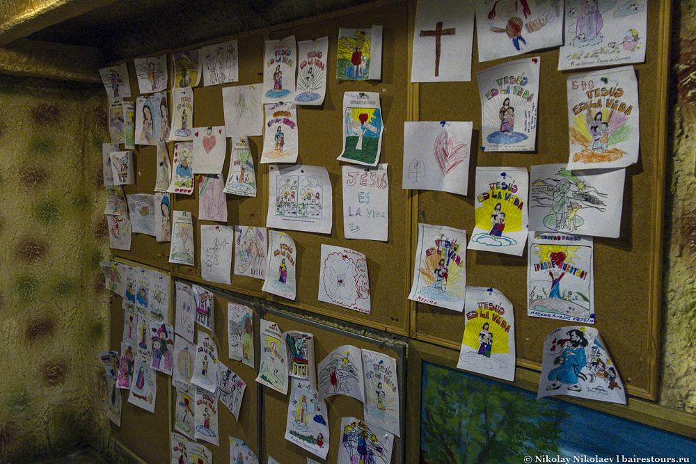 20. Имеется детский уголок, где дети отрываются в изображении своей версии сына Божьего.