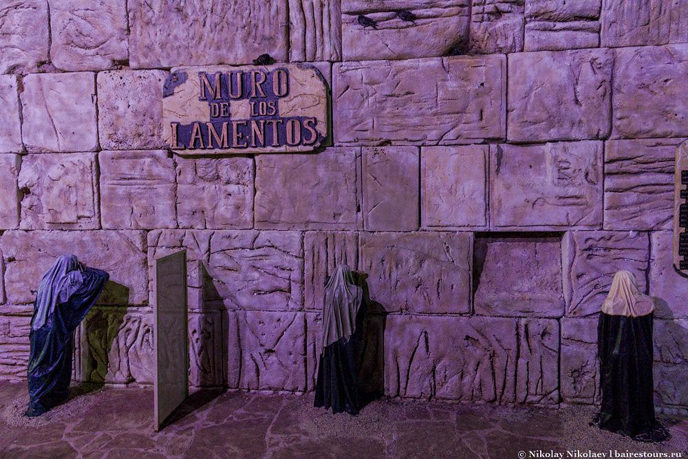 28. Интересно, что стена плача, как и в Иерусалиме, разделена на зоны для женщин и мужчин, хотя в либеральном Буэнос-Айресе это разделение весьма символичное и ничего общего с теми баррикадами настоящего Иерусалима не имеет.