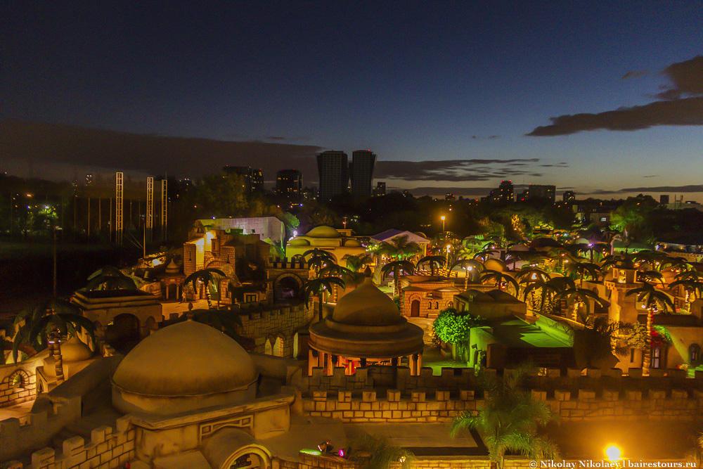 38. Парк очень красиво подсвечивается вечером, хотя посещать его все же лучше днем или ближе к заходу солнца, чтобы можно было увидеть парк и при дневном свете, и в варианте с подсветкой.