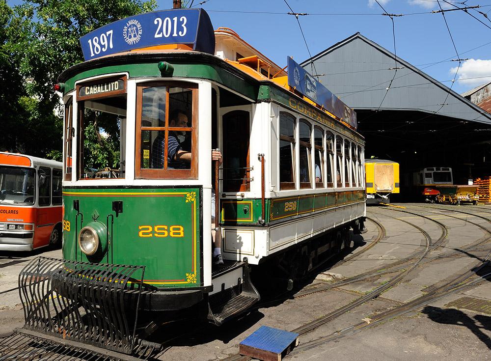 13. Это уже музейный экспонат аргентинского трамвая, который очень редко можно встретить на улицах города, да и то только в районе Caballito, как туристическую достопримечательность.