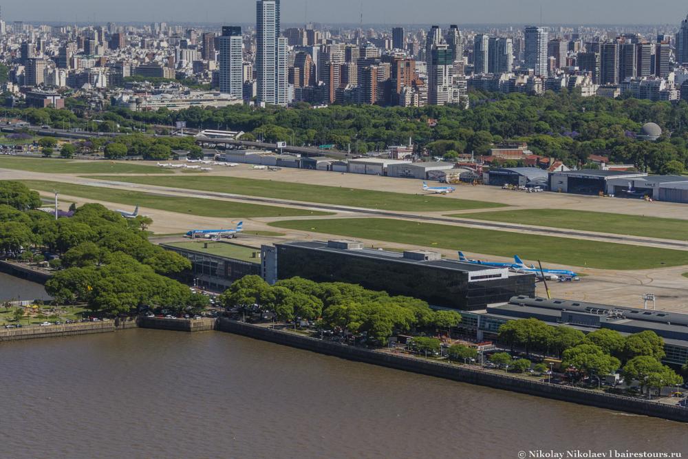 03. Aeroparque Jorge Newbery - международный аэропорт Буэнос-Айреса, расположенный в черте города.