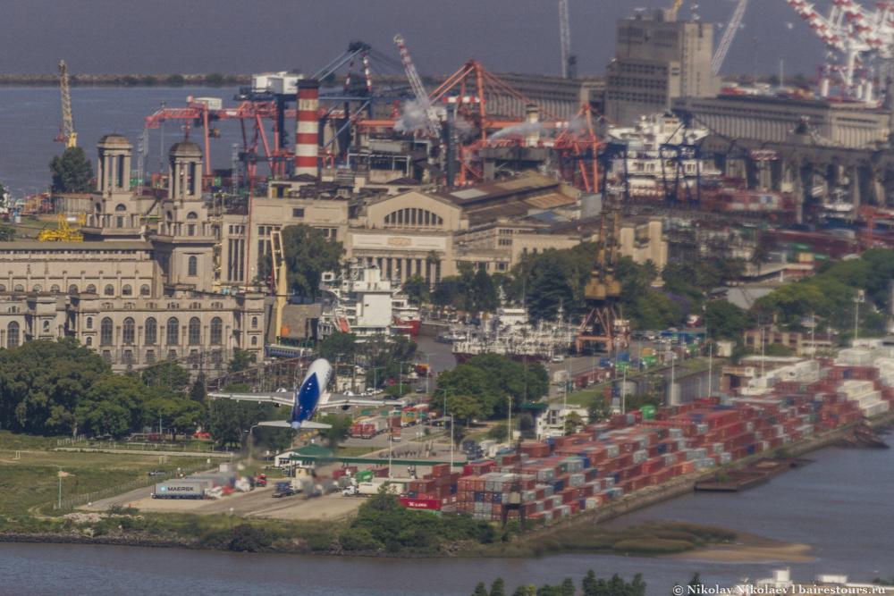 04. Взлетающие самолеты из Aeroparque Jorge Newbery взмывают в воздух почти над самым центром города.
