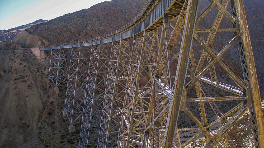 9. По таким захватывающим дух мостам движется один из самых высокогорных поездов мира Tren a las Nubes.