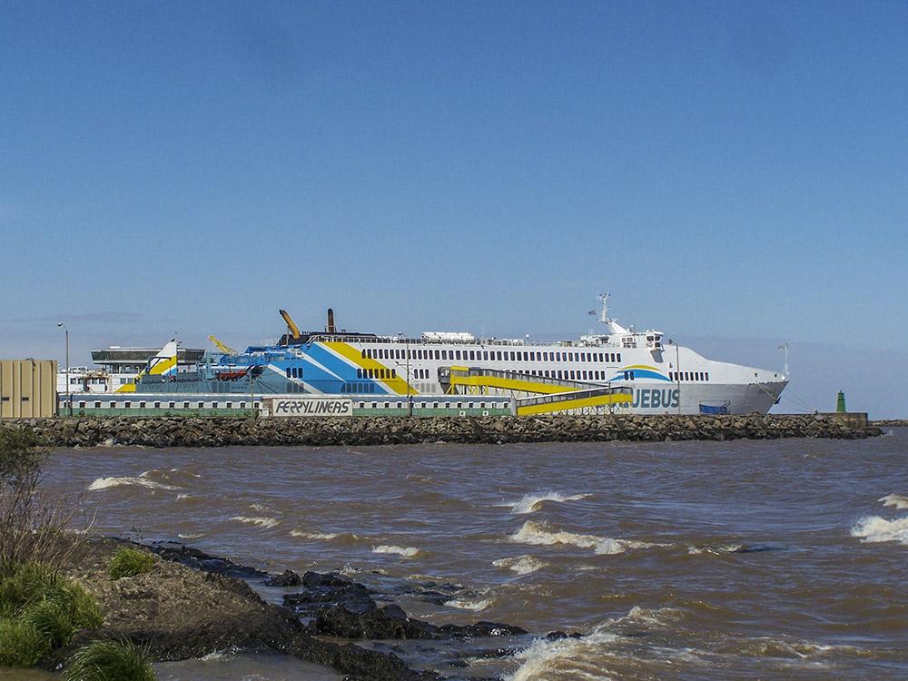 10. Огромный паром Buquebus перевозит автомобили и пассажиров по маршруту Буэнос-Айреса - Монтевидео.