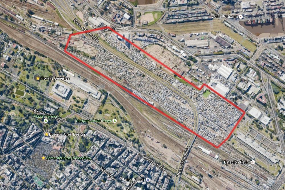 1. На карте Google красным выделен акутальный размер трущобы. Для сравнения длинное серое здание справа от правой красной границы - гигантский автобусный терминал Ретиро длинной около 400 метров, а в нижнем левом углу находятся части аж сразу двух районов города: Реколета и Ретиро. Также легко найти кладбище Реколета, которое само по себе может считаться небольшим районом.