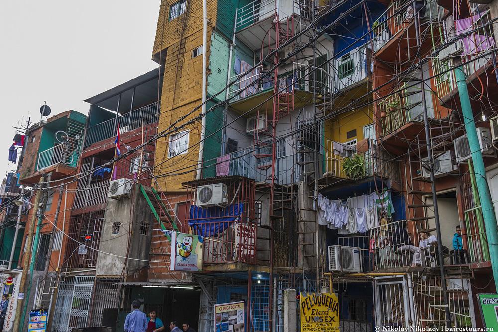 11. Самые лучшие архитектурные решения во всем Буэнос-Айресе находятся именно здесь. Вообще не понимаю как этот район до сих пор не стал главной туристической достопримечательностью столицы. Он куда интересней той же Ла Бока. В этом хаосе есть какая-то изюминка. Кондиционеры, цветы, белье, местные жители на балкончиках, решетки, винтовые лестницы – такого не найти нигде! Заметьте еще одну стоматологическую клинику. Думаю, голливудскую улыбку тут могут сделать долларов за 100, ведь Буэнос-Айрес и так знаменит довольно демократичной по ценам и неплохой по качеству стоматологией.