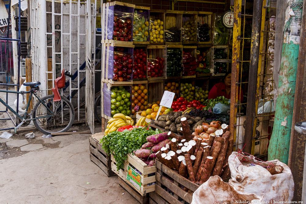13. Еще один рынок. Великолепные продукты, у нас в «Пятерочке» куда худшего качества продают, чем в этих трущобах.