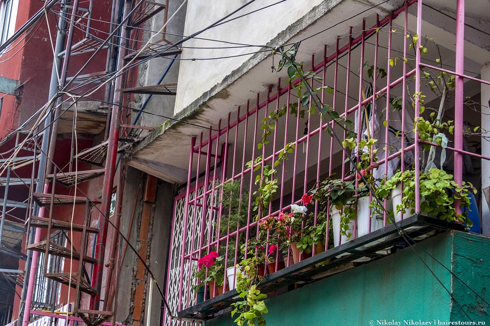 17. Ну разве не прелесть? В какой-нибудь Испании подобные балкончики были бы непременной туристической достопримечательностью и выпускались бы на магнитиках.