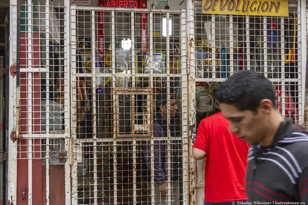 20. Продажа товаров часто проходит через такие решетки. Впрочем, ничего нового тут нет: таких ларьков за решеткой довольно много и в самом Буэнос-Айресе.