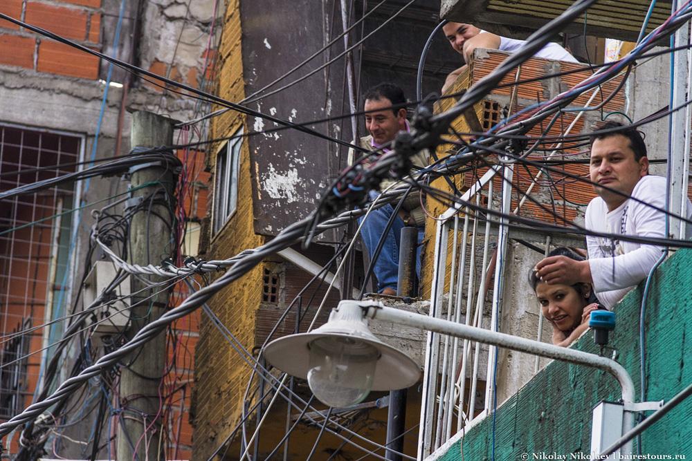 22. Многие жители проводят время, наблюдая за суматохой на улицах с балкончиков. К сожалению, попасть внутрь такого дома удалось всего раз на самом входе в трущобу.