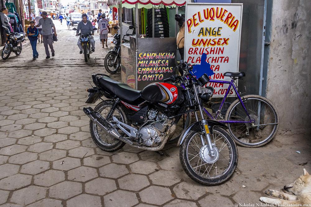 29. Заметьте, что в самом опасном районе города даже не пристегивают мотоциклы с велосипедами. Либо на них ездят те, у кого воровать может стоить жизни, либо по крайней мере своих тут никто не грабит.